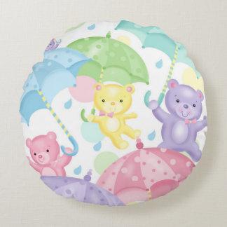 O bebê do guarda-chuva carrega em volta do almofada redonda