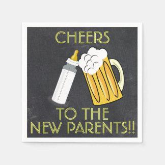 O bebê está fabricando cerveja guardanapo