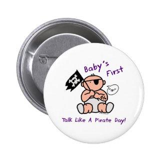 O bebê fala primeiramente como um dia do pirata boton