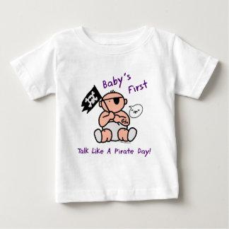 O bebê fala primeiramente como um dia do pirata camiseta para bebê