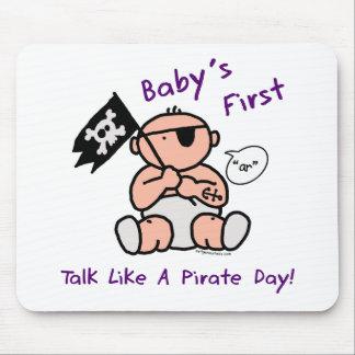 O bebê fala primeiramente como um dia do pirata mouse pads