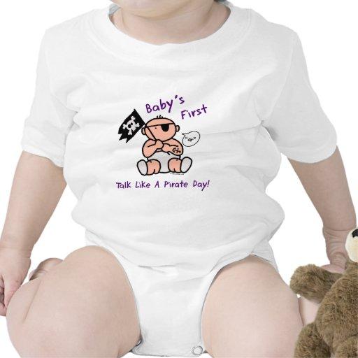 O bebê fala primeiramente como um dia do pirata babador