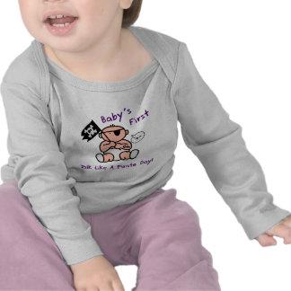 O bebê fala primeiramente como um dia do pirata camisetas