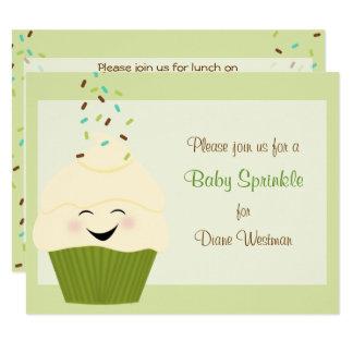 O bebê polvilha o convite em verdes do ponto morto