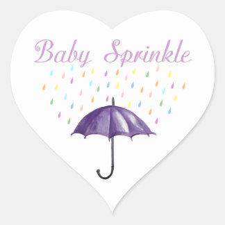 O bebê roxo do guarda-chuva polvilha etiquetas adesivo coração