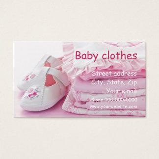 O bebê veste o cartão de visita