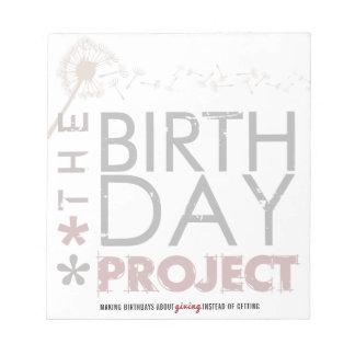 O bloco de notas grande do projeto do aniversário