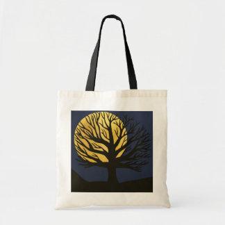 O bolsa (amarelo) assustador da árvore