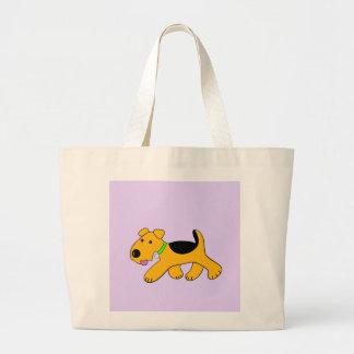 O bolsa bonito do filhote de cachorro trotar