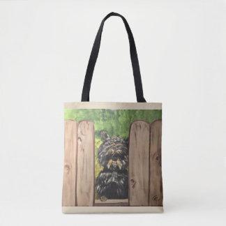 O bolsa com o cão bonito que espreita entre slats