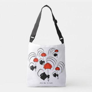 O bolsa com os peixes pretos pequenos e os
