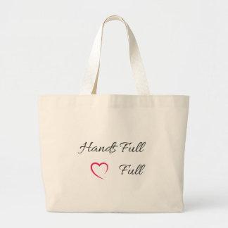 O bolsa completo do cheio do coração das mãos