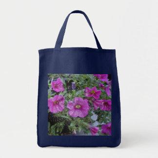 O bolsa do mantimento com flores