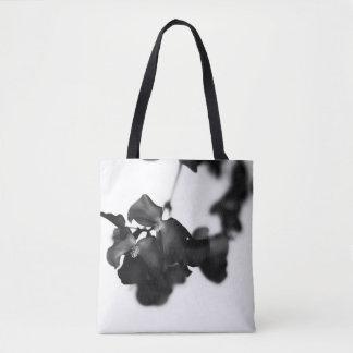 O bolsa floral monocromático