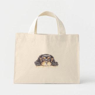 O bolsa minúsculo com o filhote de cachorro máximo