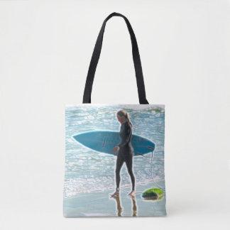O bolsa pequeno da menina do surfista