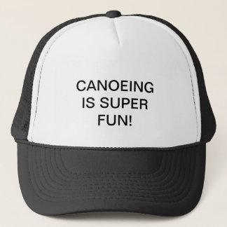 O boné com CANOEING É DIVERTIMENTO SUPER! nele