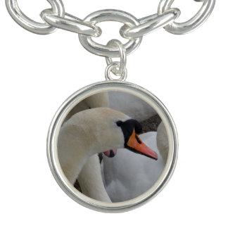 O bracelete branco do encanto da cisne, prateia