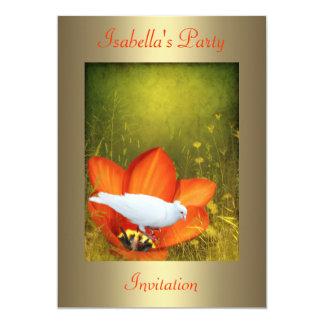 O branco mergulhou na flor alaranjada com convite