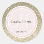 O brilho do ouro & cora monograma cor-de-rosa do adesivo em formato redondo