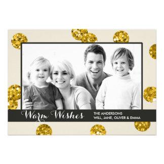 O brilho do ouro pontilha o cartão com fotos do convite