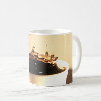 O café espirra caneca de café