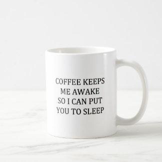O CAFÉ MANTEM-ME AWAK ASSIM QUE EU POSSO PÔR O CANECA DE CAFÉ