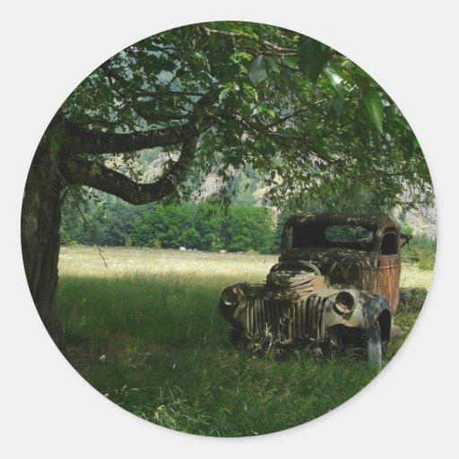 O caminhão do vovô sob a árvore adesivos em formato redondos
