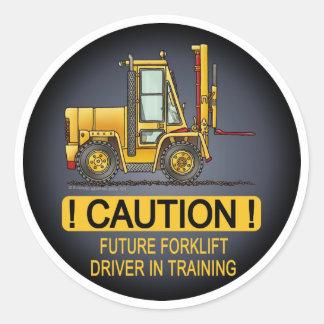 O camionista futuro da empilhadeira caçoa a adesivo em formato redondo