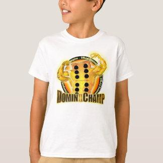 O campeão oficial do dominó caçoa o t-shirt