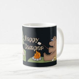 O campista feliz carrega a caneca de café do