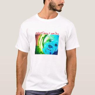 """""""O cão"""" (adoptions=smiles) por Sallie Douglas Camiseta"""