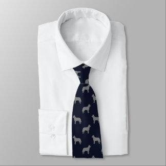 O cão australiano do gado mostra em silhueta o gravata