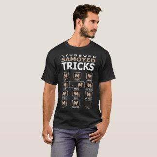 O cão teimoso do Samoyed engana a camiseta