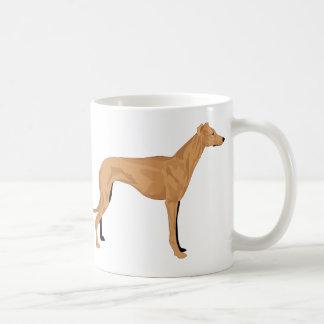 O cão total da cafeína ama a caneca do cofffee