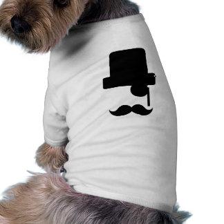 O cão veste a roupa do cachorrinho da camisa do
