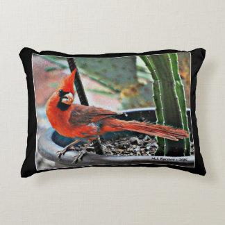 O cardeal pintado escovou o travesseiro poli do almofada decorativa