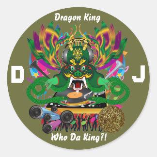 O carnaval D.J. Dragão rei vista sugere por favor Adesivos Redondos