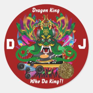 O carnaval D.J. Dragão rei vista sugere por favor Adesivo Em Formato Redondo