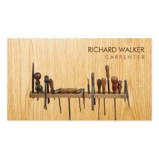 O carpinteiro utiliza ferramentas a madeira do cartão de visita