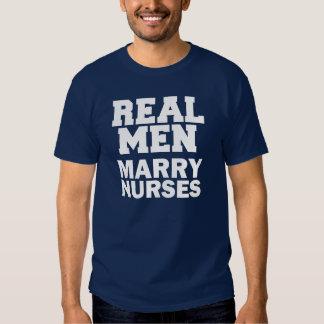 O casado real dos homens nutre a camisa engraçada camiseta