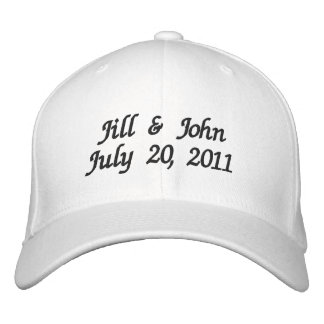 O casal da data do casamento nomeia o chapéu do br boné bordado