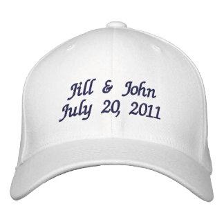 O casal da data do casamento nomeia o chapéu do ma boné bordado