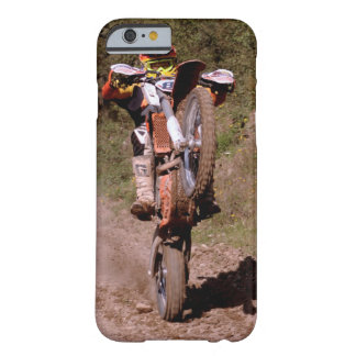O cavaleiro do motocross estala um wheelie. capa barely there para iPhone 6