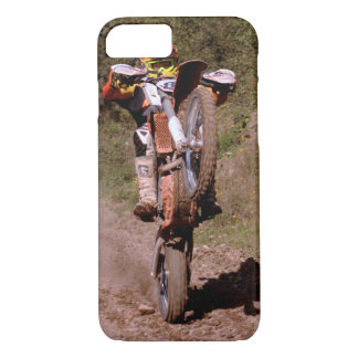 O cavaleiro do motocross estala um wheelie. capa iPhone 7