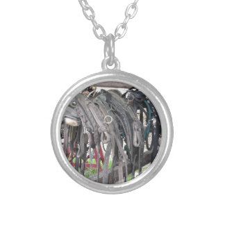 O cavalo de couro gasto freia a suspensão na cerca colar banhado a prata
