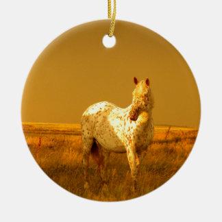 O cavalo manchado no fulgor dourado de uma ornamento de cerâmica