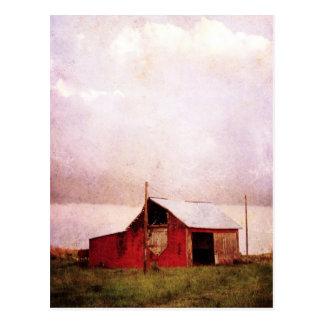 O celeiro vermelho no por do sol cartão postal