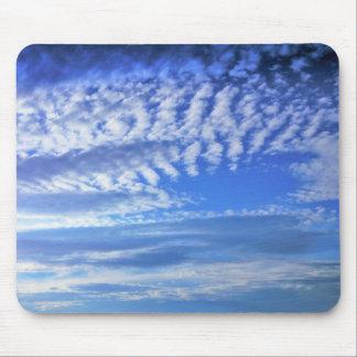 o céu azul bonito nubla-se o mousepad