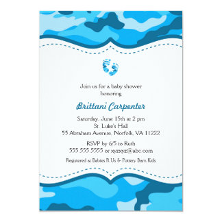 O chá azul da camuflagem do bebé convida os pés convite 12.7 x 17.78cm